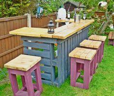 Bar al aire libre necesario a partir de palets viejos y madera de desecho. Finalizar barra superior con aceite de yate para que brille barra superior!
