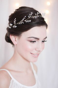 If the wedding dress is a crucial choice, it is the same for the beauty. Your bridal hairstyle will be the finishing touch, the icing on the cake. Wedding Hair Pins, Bridal Hair Vine, Wedding Tips, Wedding Makeup Looks, Bridal Headpieces, Hair Jewelry, Hair Pieces, Crowns, Hair Trends