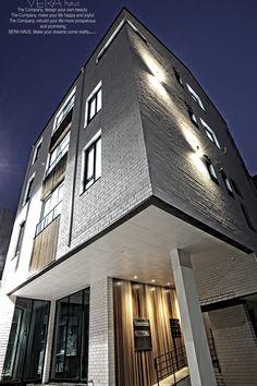 삼송 신원동 근생 및 다가구주택 ' 봄 하우스1층 근린생활시설2~4층 3룸 다가구주택다락층연면적 : 220평외장재 : 스노우스페이스(수입벽돌) / 적삼목 / 알미늄시트 접기심플한 모던스타일의 벽돌 건축물 심플함과 요소요소에 가미한 잘 조화된 이질재들과외장의 적삼목을 주택 거주자의 편안함을 시각에 더하기 위해현관 벽체 적삼목 문양과 각층 엘리베이터 벽체…