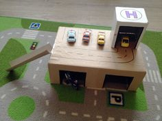DIY Cardboard Box Toy Garage from The Bear and the Fox Cardboard Car, Cardboard Crafts, Cardboard Playhouse, Cardboard Furniture, Projects For Kids, Diy For Kids, Hot Wheels, Diy Toys Car, Toy Garage