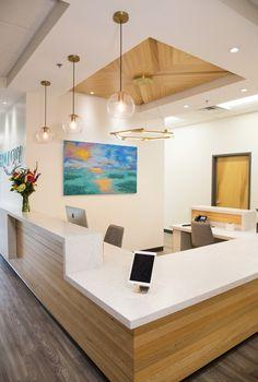 Office Reception Design, Modern Reception Desk, School Reception, Medical Office Decor, Dental Office Design, Dental Offices, Office Designs, Chiropractic Office Design, Cabinet Medical