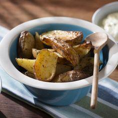 Kartoffeln unter kaltem Wasser kräftig abspülen, abbürsten und trocken tupfen. Ein Backblech mit Backpapier auslegen. Kartoffeln in mundgerechte...