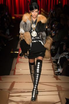 See the complete Moschino Fall 2017 Ready-to-Wear collection.