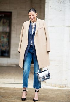 Jenna Lyons of J. Crew draped a camel coat over her nearly monochromatic look to add contrast. Her ladylike accessories complete the look. // #Denim