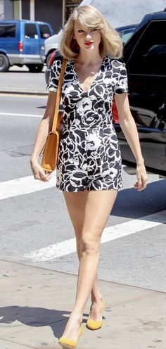 Taylor Swift Surprises a Group of Fourth Graders on a Field Trip!: Photo Taylor Swift shows off her long legs in an adorable romper on her way to the gym on Saturday afternoon (May in New York City. Taylor Swift Legs, Estilo Taylor Swift, Taylor Swift Style, Taylor Swift Pictures, Taylor Alison Swift, Street Style 2014, Celebrity Style Guide, Black And White Romper, White Dress