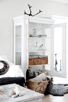 Home decorating. Find all the useful things on design and decoration de casas design interior design My Living Room, Home And Living, Living Spaces, Home Interior, Interior Architecture, Interior Decorating, Interior Ideas, Nordic Interior, Vaisseliers Vintage