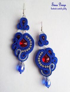 La tavolozza di creazione che ho usato:  -Smites cavo (royal blue, argento) -circolare in cristallo 12 mm (rosso) -Ceca satinato perla a forma di ciambella (rosso traslucido bianco traslucido) -Sfaccettati perle a forma di goccia (blu traslucido) -Delica beads (rosso) -Mush perla (blu) -Ganci orecchini argento -Silver bead caps -Strass argento  Il feltro sul retro.  Dimensioni: 8,6 cm (senza ganci) x 3,3 cm