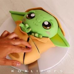 The most adorable baby Yoda cake! Theme Star Wars, Star Wars Food, Star Wars Baby, Star Wars Cake Toppers, Star Wars Cupcakes, Star Wars Cookies, Yoda Cake, Star Wars Birthday Cake, Anniversaire Star Wars