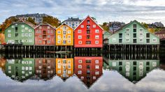 Beautiful Bakklandet Trondheim - Cool old boat sheds on the edge of the Nidelva River in Trondheim Norway. Trondheim Norway, Stavanger, Cool Places To Visit, Places To Go, Boat Shed, Alesund, Scandinavian Countries, Old Boats, Visit Norway