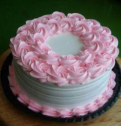Pastel decorado con rosas Cake Decorating Frosting, Easy Cake Decorating, Cake Decorating Techniques, Cake Icing, Buttercream Cake, Cupcake Cakes, Rodjendanske Torte, Rosette Cake, Small Cake