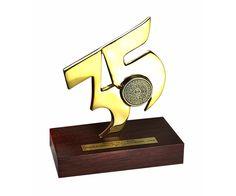 Peça: bidimensional com relevos, 16cm de altura. Materiais disponíveis: alumínio (prata) ou bronze (dourado ou patinado). Base: madeira natural ipê ou madeira revestida de fórmica preta, 15x7x2cm. Placa cortesia: aço inox (prata) ou latão (dourada), 6x2cm, placa central 3,5cm de diâmetro. É possível fazer esta arte com variação de número. Madeira Natural, Metal Plaque, Bookends, Awards, Bronze, Base, Decor, Tin Cans, Decoration