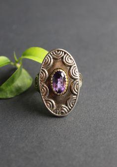 Großer Silberring mit Schneckenmotiv und Amethyst in silber-vergoldeter Fassung. In unterschiedlichen Ringgrößen erhältlich. Jetzt im Online-Shop ansehen. Class Ring, Gemstone Rings, Gemstones, Jewelry, Lilac, Rhinestones, Dirndl, Jewlery