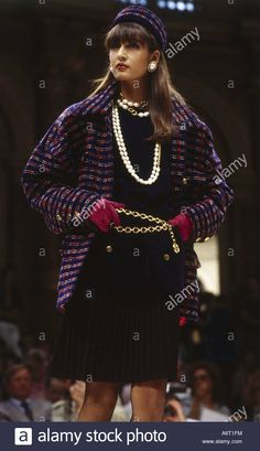 Dieses Stockfoto: fashion, 1980s, mannequin, wearing jacket and pleated skirt, half length, catwalk, spring summer, by Chanel, 1985