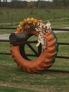 Fall Thanksgiving Decorations using old tractor tire. Thanksgiving Decorations Outdoor, Christmas Garden Decorations, Diy Garden Decor, Seasonal Decor, Christmas Crafts, Dyi Decorations, Halloween Decorations, Easy Fall Crafts, Holiday Crafts