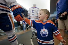 I'm pretty sure I looked just as cute as this kid when I got to do basically the same thing with this team back in March. Hockey Baby, Ice Hockey, Lord Stanley Cup, Olympic Team, Just A Game, Edmonton Oilers, Go Blue, National Hockey League, Sports Teams