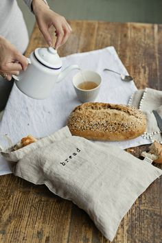 Naturally hygienic and antibacterial, linen has been used for food storage since ancient times. Linen bread bag can be a reusable alternative to plastic. Food Storage, Bread Storage, Zero Waste, Lino Natural, Bread Bags, Kitchen Linens, Printed Linen, Sustainable Living, Sustainable Products