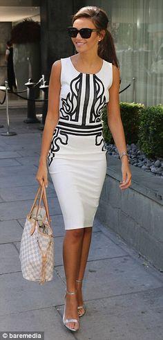 No soy muy partidaria de los vestidos blancos pero este es la excepcion, quiza por el hermoso entramado negro. Cheers!