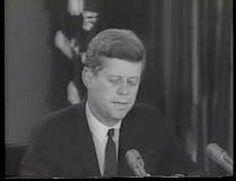 Kennedy spreekt zijn vlok aan dat de  Cuba crisis bijna is afgelopen, vooruitboekt