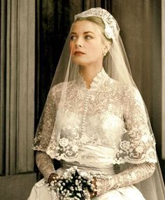 Incredible vintage photos of life in America during the '50s | Social Gazette Classic Wedding Dress, Wedding Dress Trends, Modest Wedding Dresses, Wedding Dress Styles, Bridal Skirts, Bridal Gowns, Princesa Grace Kelly, Grace Kelly Wedding, Royal Wedding Gowns