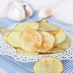 Knapriga, tunna chips med salt en härlig vitlökssmak! Mycket godare och nyttigare än köpta!