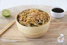 Wat eten we vanavond? Vegetarische pad thai met courgettenoedels en ei! Een portie bevat meer dan 200 gram groente en slechts 12,3 gr koolhydraten. #padthai #koolhydraatarm #vegetarisch