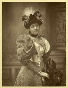 Leg o' muttons sleeves and ostentatious hats = La Belle Epopque! This sleeve was revived from the Romantic period. 1890s Fashion, Edwardian Fashion, Vintage Fashion, Edwardian Era, Victorian Hats, Victorian Women, Victorian Dresses, Coventry, Vintage Photographs