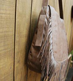 Bolsa em couro pintado com franjas. Mab Store - www.mabstore.com.br