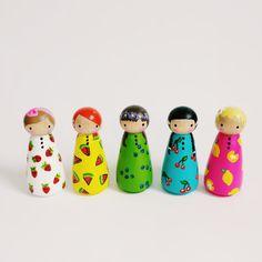 Items similar to peg doll play set // Set of 5 fruity farmer's market peg dolls with felt sleeping bag // wooden peg dolls // wooden toys on Etsy Wood Peg Dolls, Clothespin Dolls, Doll Crafts, Diy Doll, Wooden Pegs, Little Doll, Kokeshi Dolls, Handmade Felt, Craft Stick Crafts