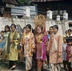 Pakaian adat Minangkabau, Maninjau, tahun 1970-1980 [Tropenmuseum]