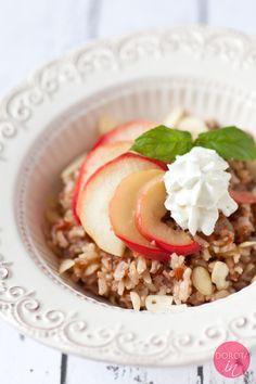 Pyszny ryż z jabłkami, jogurtem, cynamonem i orzechami lub migdałami, najlepszy na deser lub słodki obiad.   http://DOROTA.iN/ryz-z-jablkami/  #przepis #food #kuchnia #jabłka #deser #ryż