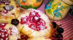 Drożdżówki z budyniem i owocami sezonowymi. Pudding, Food, Custard Pudding, Essen, Puddings, Meals, Yemek, Avocado Pudding, Eten