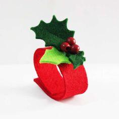 Come realizzare dei portatovaglioli natalizi (Foto) | Tempo Libero PourFemme Christmas Time, Christmas Crafts, Christmas Decorations, Xmas, Christmas Ornaments, Holiday Decor, Shots Ideas, Utensil Holder, Napkin Rings