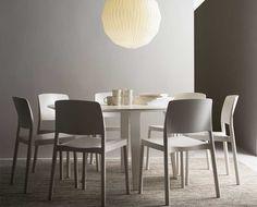Divido runt matbord från Swedese. Ett enkelt och snyggt runt matbord med lätt utställda skiktlimmade, formpressade ben med de karaktäristiska böjarna uppe mot skivan.