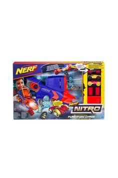 Nerf Nitro FlashFury Chaos er et bilsett for de som liker tricks, hurtighet og actionfylt lek. Sett opp pop-up-målene, rampen og hindrene i ulike konfigurasjoner og vis evnen din til å sikte og manøvrere, lad deretter blasteren med skumgummibilene og skyt i vei! Blasteren kan avfyre 3 biler uten at man må lade om og målene skytes opp i luften når bilene treffer dem. Settet inneholder en blaster, 3 biler med plasthjul (bilene kan komme i varierende farger), lengdehopp-rampen, 2 mål, 6 hindre… Nerf