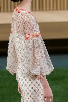 couturinq: fay-wray: Chanel Spring/Summer 2016 Haute Couture q& Chanel Couture, Haute Couture Style, Couture Mode, Couture Details, Fashion Details, Couture Fashion, Runway Fashion, High Fashion, Womens Fashion