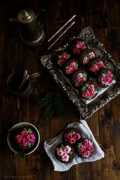 Galletas rústicas de chocolate con flores de glasa