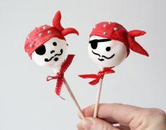 Van cakepops kun je originele traktaties voor kinderen maken. Zoals deze piraten. Alle hens aan dek voor dit superstoere kinderlekkernij!