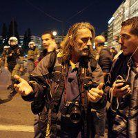 Απαντώντας στους φωτορεπόρτερ για τα γεγονότα στα Προπύλαιο (indymedia κλπ) σε ιδιαίτερα δηκτικό ύφος η Ένωση Αστυνομικών Υπαλλήλων Αττικής επισημαίνει σε ανακοίνωσή της:
