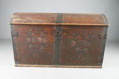 Kiste med dekorert front, eierinitaler og datering 1792, Telemark. L: 133 cm. Def. hengsler, mangler lås.