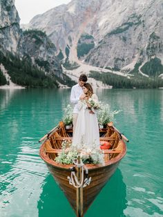 A breathtaking elopement shoot at Lake Braies in the Dolomites | Italy Elopement - GÉRALDINE LEBLANC PHOTOGRAPHY | Magnolia Rouge: Fine Art Wedding Blog | Romantic Wedding Photos | Wedding Elopements | Nature Wedding Romantic Wedding Photos, Bride And Groom Pictures, Romance And Love, Garden Styles, White Roses, Fine Art Photography, Beautiful Images, Wedding Blog, Scenery