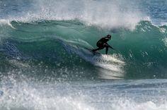 AFP/OLIVIER MORIN - Surfista busca a onda perfeita em Varazze, na Itália
