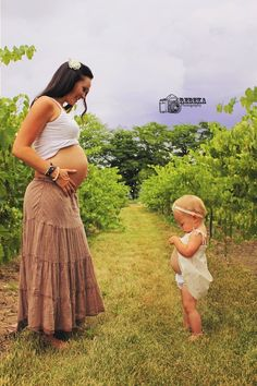 love this maternity portrait with mama and older sibling.