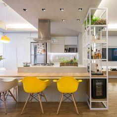 家の中でも特に利用頻度の多いキッチンは、なるべくリラックスして過ごしやすい環境にしたいですよね。なおかつオシャレであればベスト♪そこでおすすめしたいのが『キッチンカウンター』。キッチンカウンターには見た目の良さと実用性を兼ねた、便利なポイントがたくさんあるんです♪狭いキッチン台に作業スペースと収納場所が増え、リビングとの間仕切りにもなります!憧れの対面カウンターで、家族間の交流も増えますよ♡