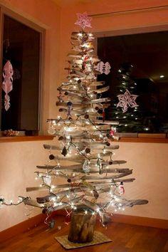 Sapin de Noël en bois flotté Les branches sont assemblées sur une petite bille de bois, guirlande lumineuse et sujets en verre transparent