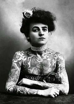 El descubrimiento en 1991  de un cadáver bien conservado de 3000 años de edad, reveló que las mujeres de la antigüedad también tatuaban sus cuerpos.