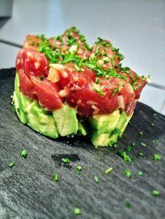 Receta: Tartar de atún con aguacate 400gr de atún rojo limpio 2 aguacates 1 lima cebollino 1 poco de wasabi Aceite de oliva Salsa de soja jengibre fresco 1/2 cebolleta tierna o cebolla dulce