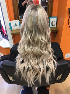 Great Lengths Hair Extensions by Salon Director Melanie 💁🏼‍♀️🤩 #hair #extensions #longhair #longhairdontcare #beautiful #flawless #blonde #waves #great #lengths
