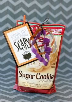 Halloween Treat Tag Printable - super easy gitft idea with printable tag. Cook up something SCARY! : Halloween Treat Tag Printable - super easy gitft idea with printable tag. Cook up something SCARY! Halloween Teacher Gifts, Cute Halloween Treats, Halloween Goodies, Holidays Halloween, Scary Halloween, Happy Halloween, Vintage Halloween, Halloween Party, Halloween Printable