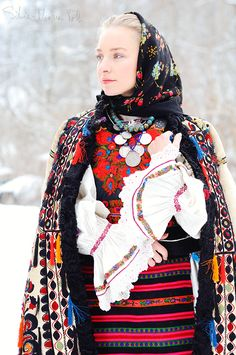 Costume Nasau by Silvia Floarea Toth, Romania Mode Gipsy, Mode Boho, Traditional Fashion, Traditional Dresses, Folk Costume, Costumes, Romanian Women, Costume Ethnique, Style Ethnique