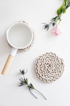 Beautiful DIY Finger Knit Rope Trivet Tutorial! Perfect easy Mothers Day gift! http://www.flaxandtwine.com/2016/04/finger-knit-rope-trivet/?utm_campaign=coschedule&utm_source=pinterest&utm_medium=anne%20weil%20%7C%20flax%20and%20twine&utm_content=DIY%20Finger%20Knit%20Rope%20Trivet%20Tutorial